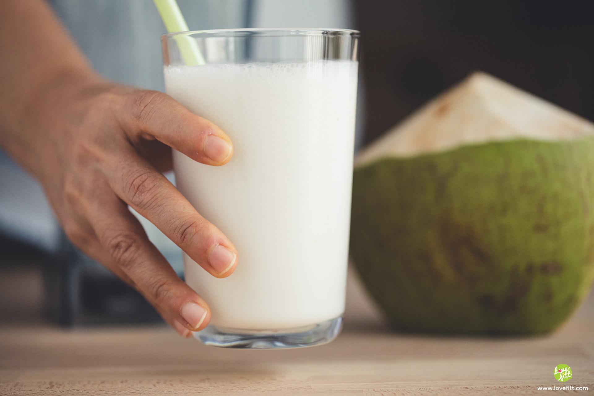 นมมะพร้าวอ่อนใส่แก้ว