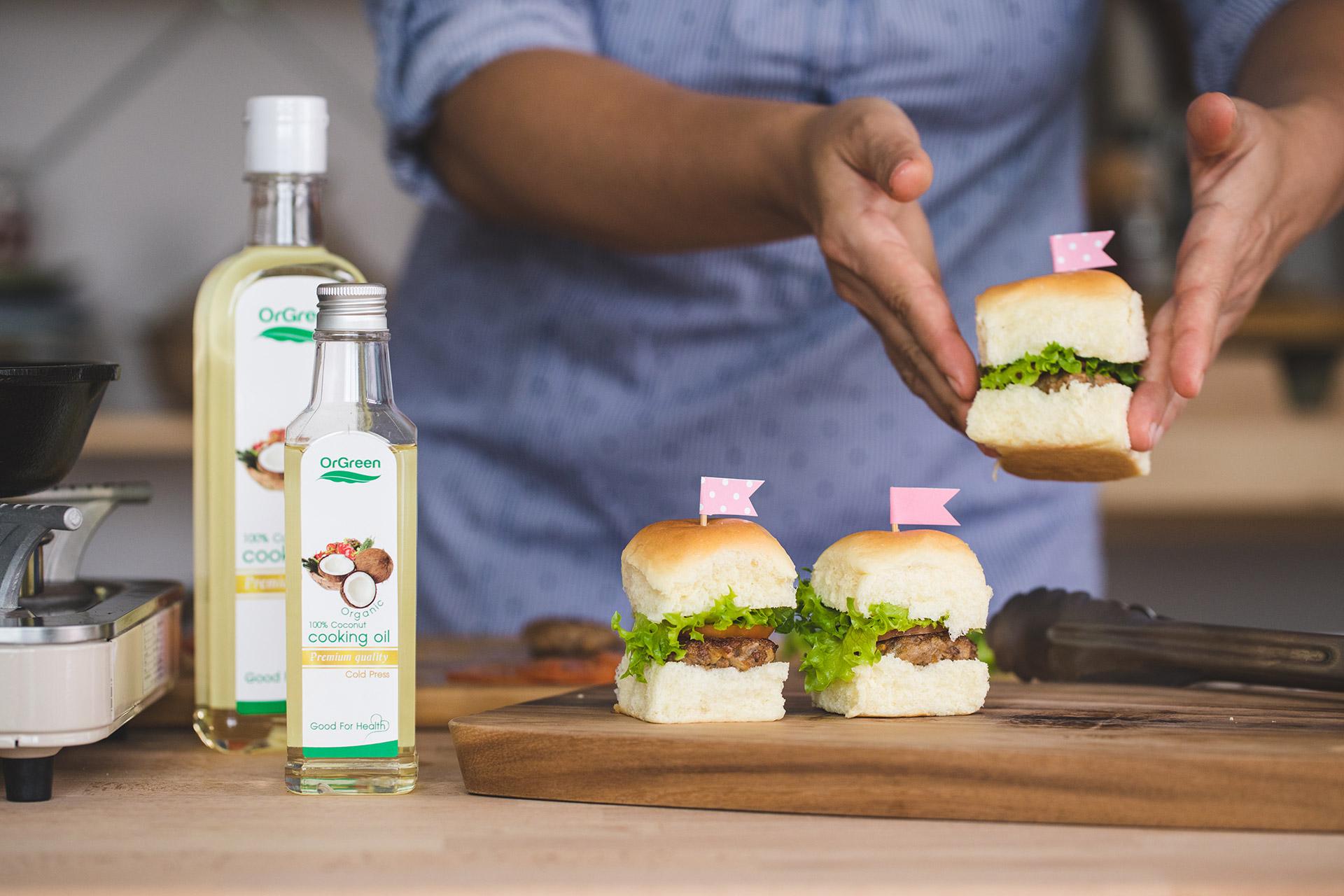 น้ำมันมะพร้าวสกัดเย็นทำ mini burger หมู
