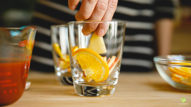 นำส้มซันคิสท์ที่หั่นเป็นแว่นๆ ใส่ไว้ในแก้ว