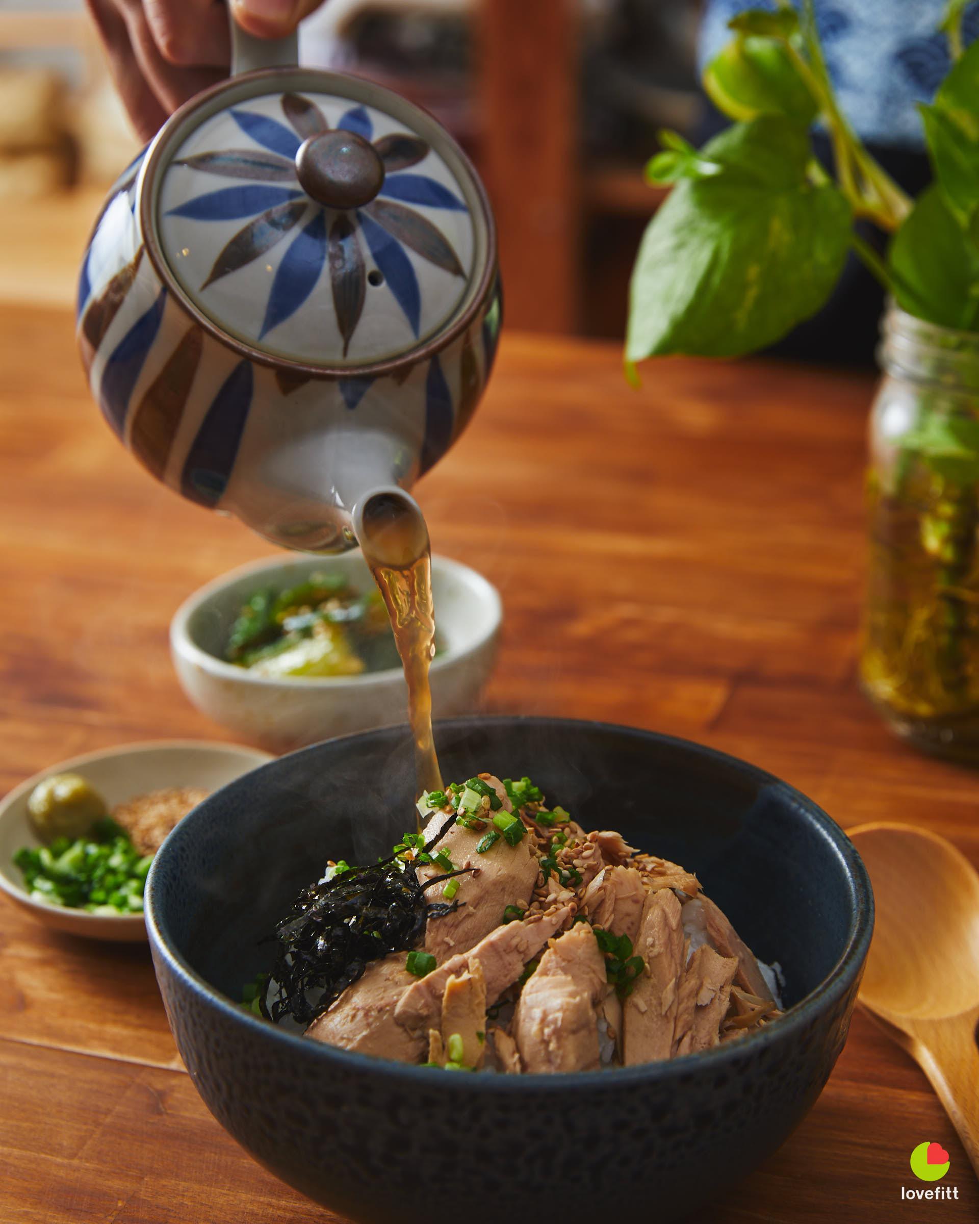 เทน้ำซุปญี่ปุ่น จาก SEALECT ทูน่าชิ้นใหญ่ จากกาน้ำชา