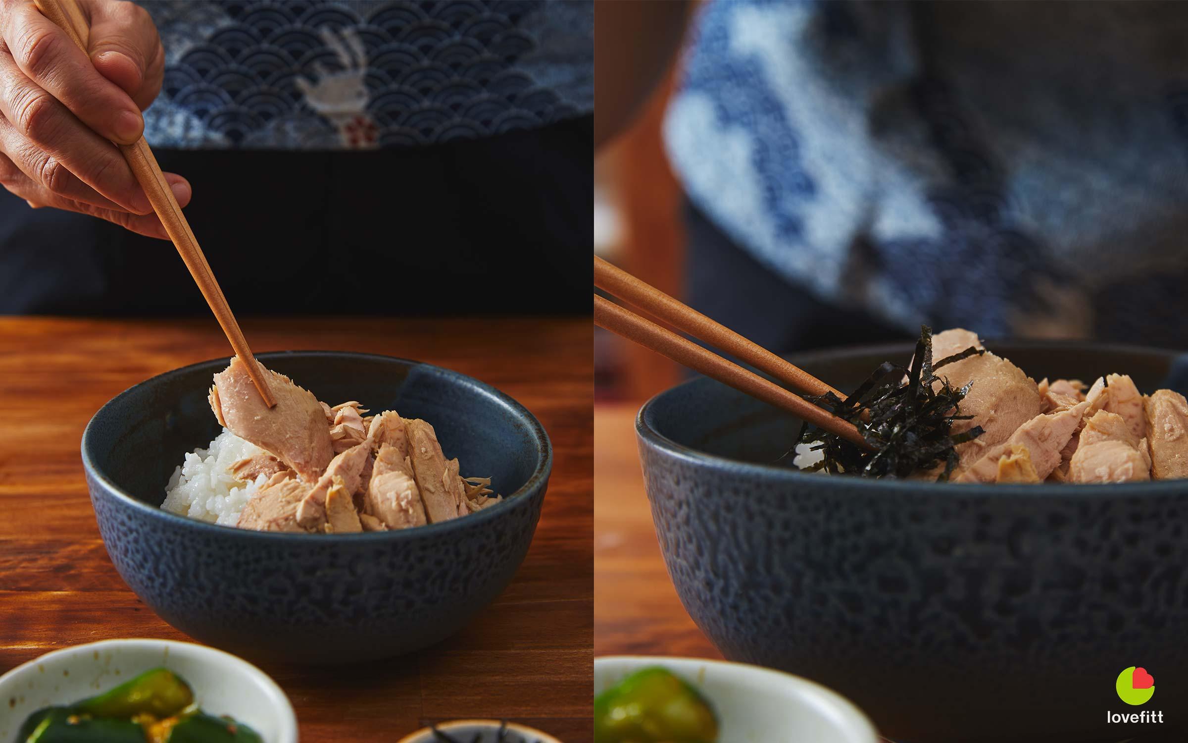 หยิบปลาทูน่าชิ้นใหญ่และสาหร่ายญี่ปุ่นจัดบนถ้วยข้าว
