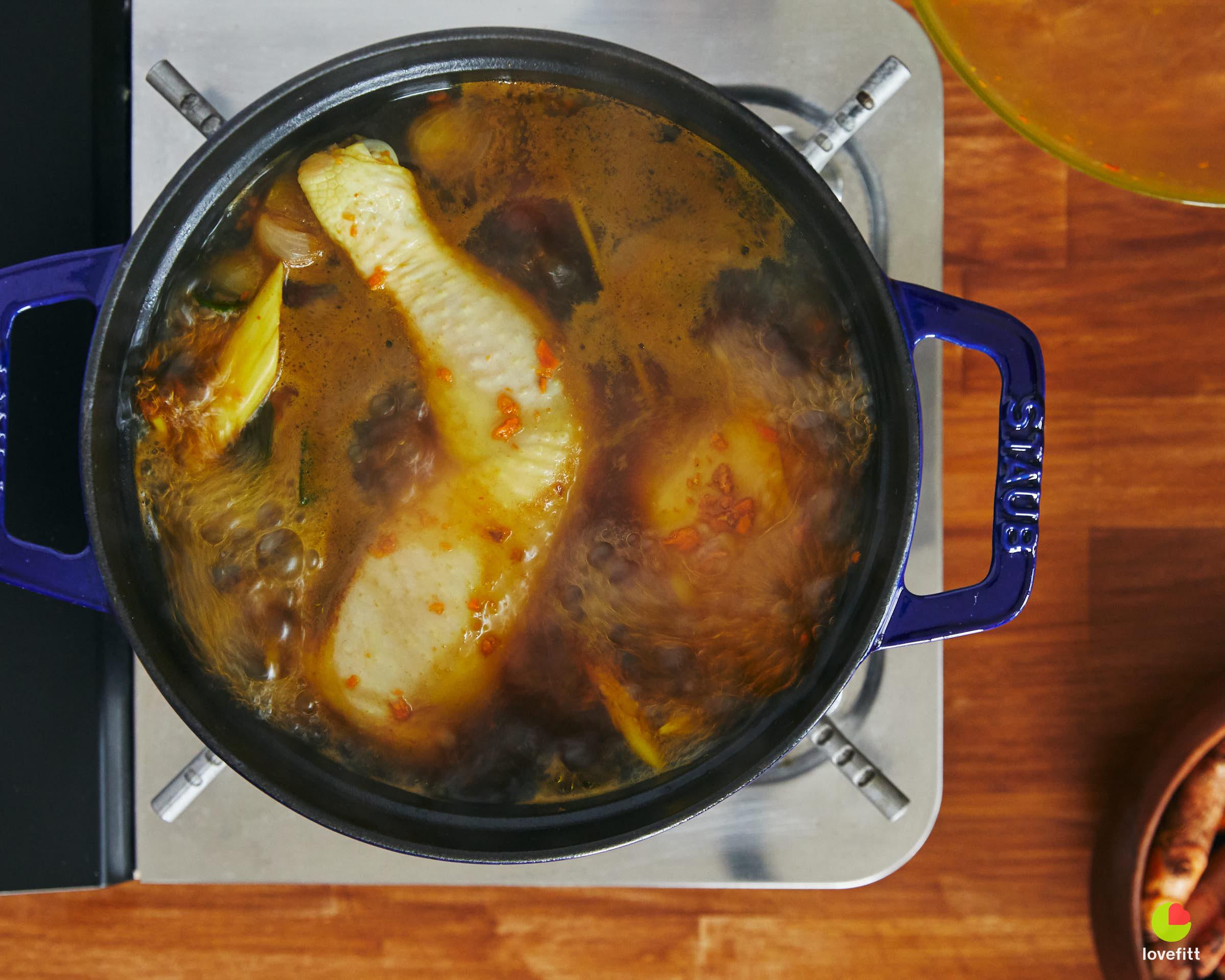 ต้มไก่ในน้ำสมุนไพรจนเดือด