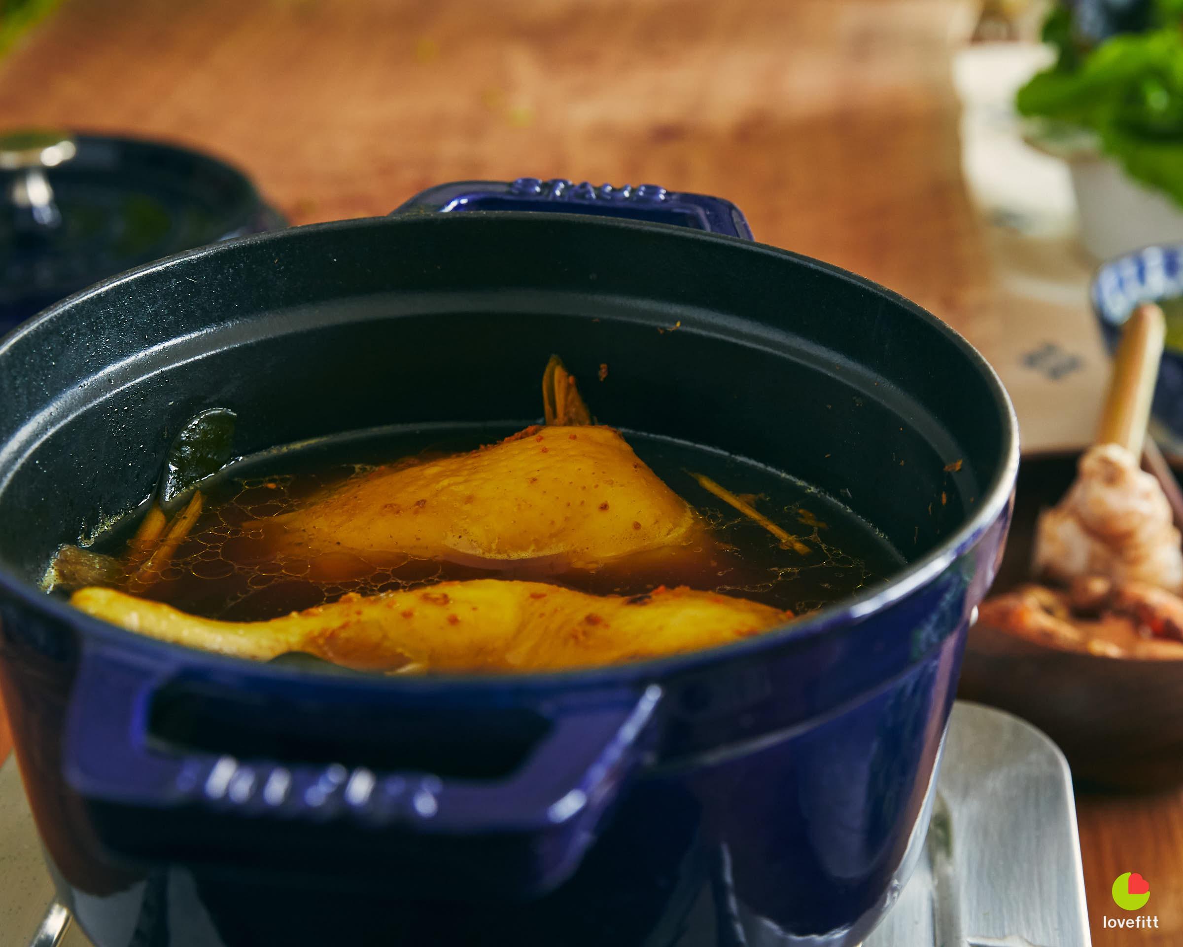 ไก่ต้มน้ำปลา-สมุนไพรได้ที่แล้ว