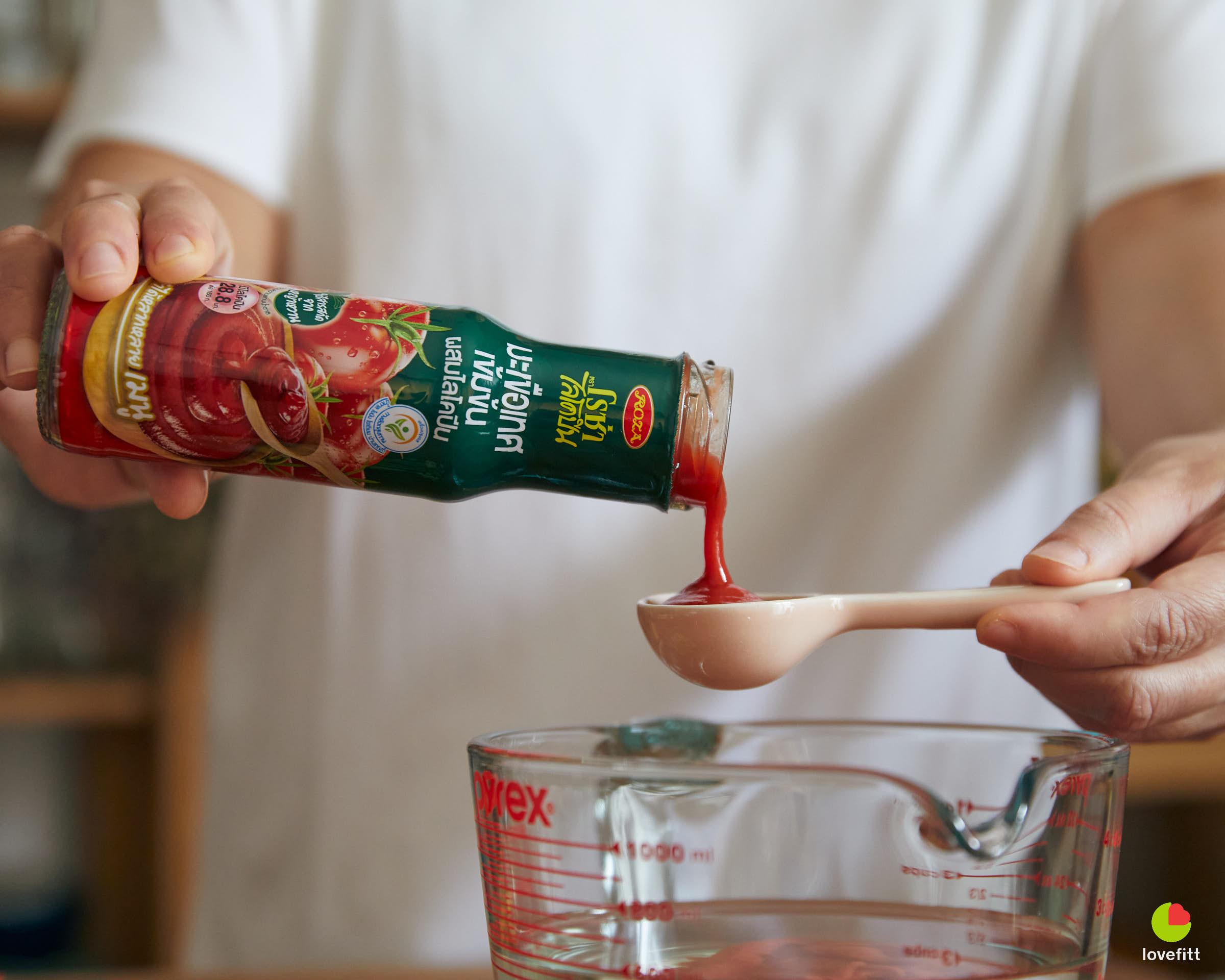 เทมะเขือเทศเข้นขนตราโรซ่าในช้อนตวง เพื่อทำ infused water