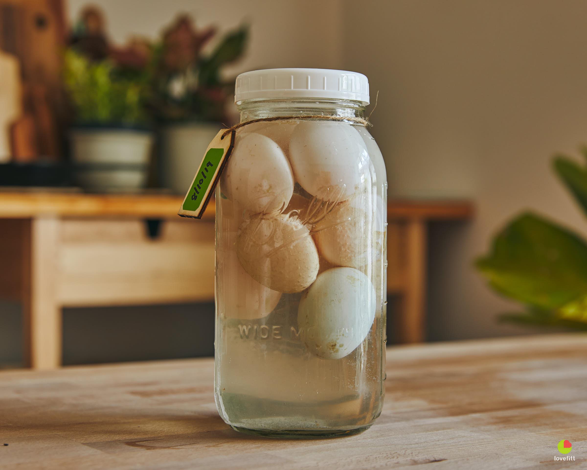 ดองไข่เค็มในขวดโหลแก้ว